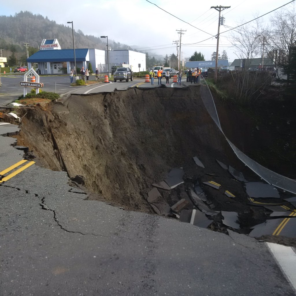 Video Photos Monster Sinkhole Closes Highway 101 In